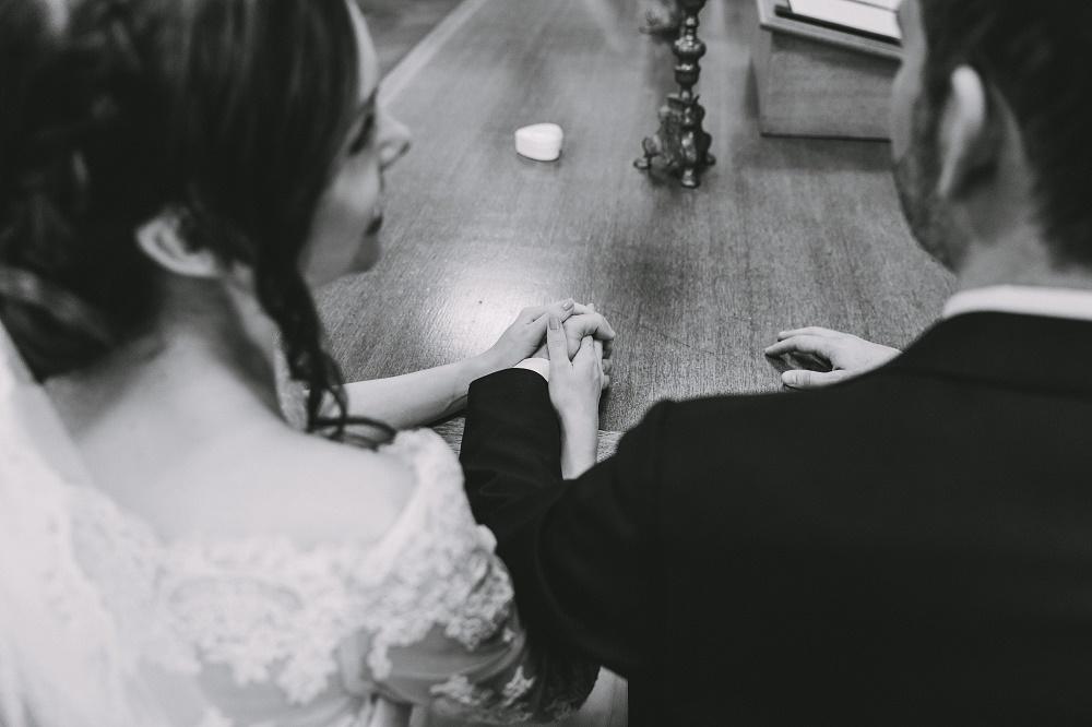 Zwart wit trouwfoto met ringendoosje