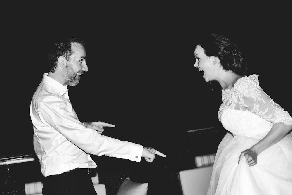 zwart wit trouwfoto feest