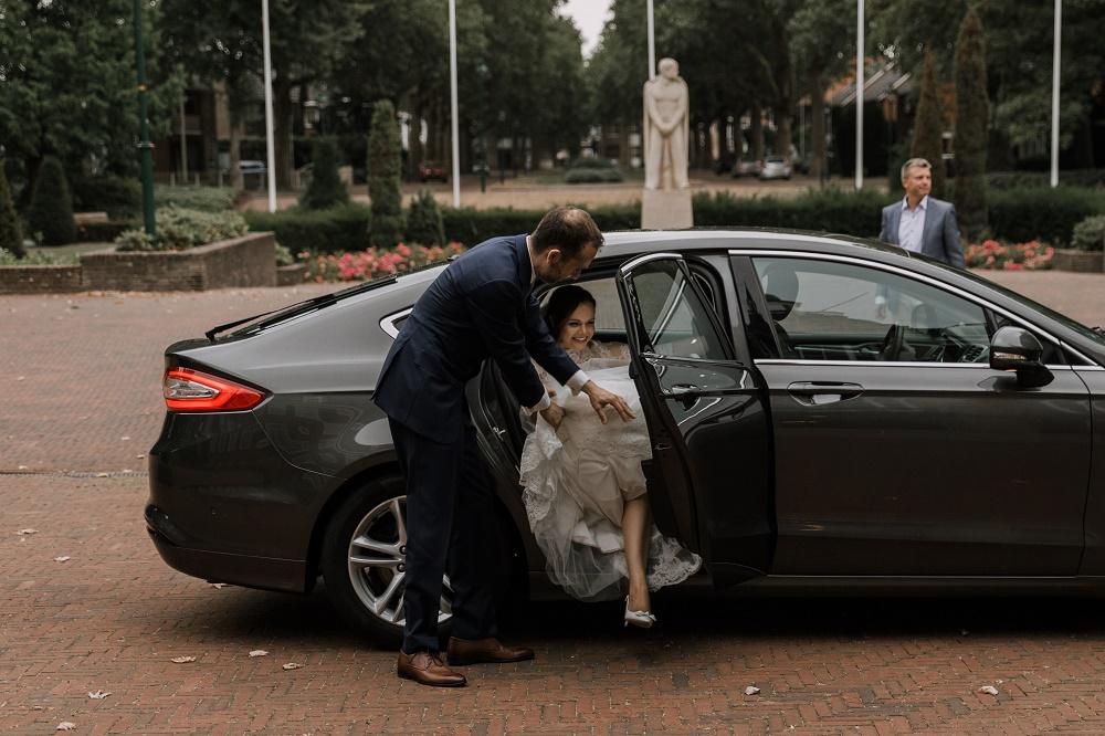 Bruidspaar arriveert bij het Oude Stadhuis in Alphen aan den Rijn