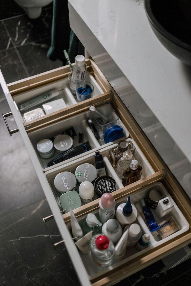 cosmetica opbergen in de badkamer